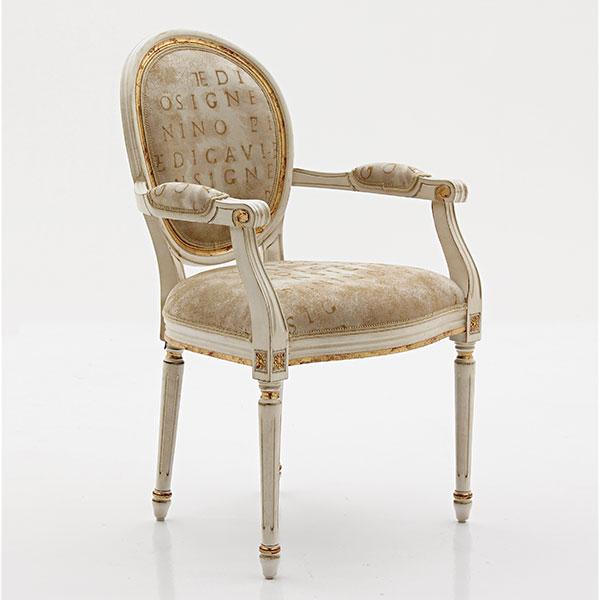 Sedia capotavola classica in legno massello di faggio con struttura laccata bianco patinato e dettagli foglia oro, seduta e schienale imbottiti in stoffa, art. 352