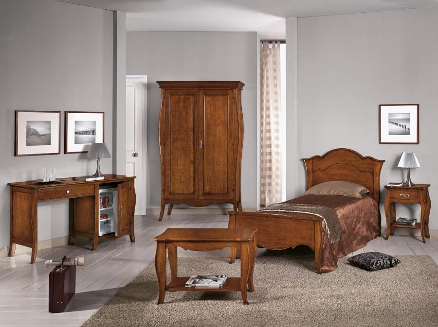 Camera da letto classica in legno massello finitura noce for Mobili zona notte