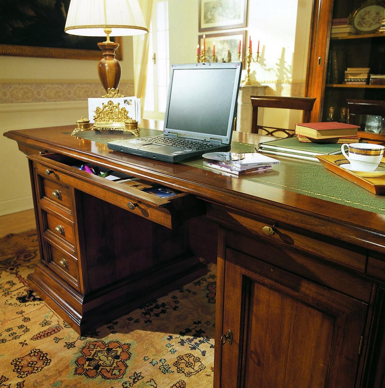 Scrivania studio scrivania studio con si nota il for Scrivania per studio